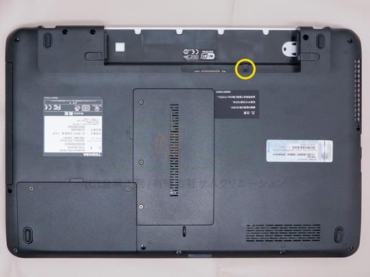 dynabook T451分解1キーボード背面ネジを外す